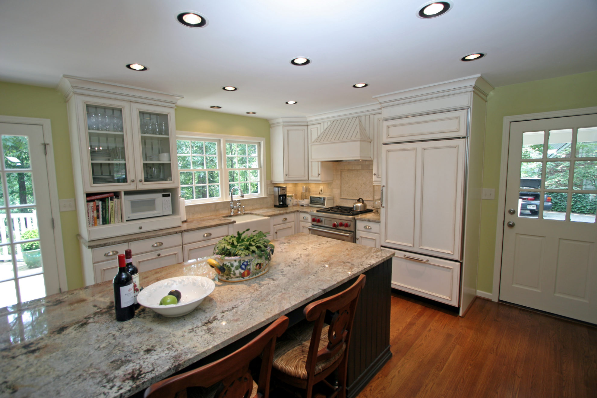 http://creativecabinetryinc.com/wp-content/uploads/2019/06/u-kitchen-white-stained-and-glazed-wit-chrome-hardware-e1561638467695.jpg